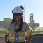 Operária da GreenPlac é fotografada na fachada da unidades industrial, em Água Clara, no Mato Grosso do Sul, durante a inauguração da fábrica, de José Maurício Caldeira, da Asperbras