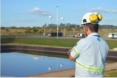 Operário observa o reservatório de águas pluviais utilizado pela GreenPlac em sua fábrica em Água Clara, no Mato Grosso do Sul, empresa de José Roberto Colnaghi, da Asperbras