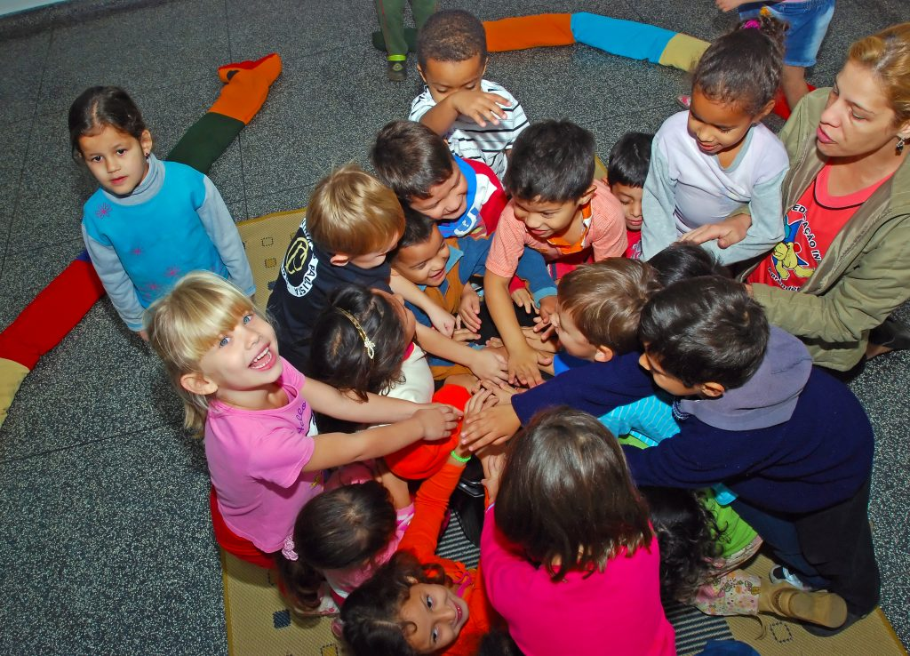 Foto ilustrativa das crianças da Fundação Nelly Colnaghi, que participaram de um curta-metragem sobre reciclagem de lixo, premiado pela TV TEM