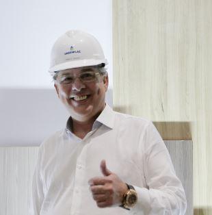 José Roberto Colnaghi, da Asperbras, ao lado de placas de MDF produzidas pela GreenPlac, empresa do Grupo Asperbras que industrializa madeira certificada
