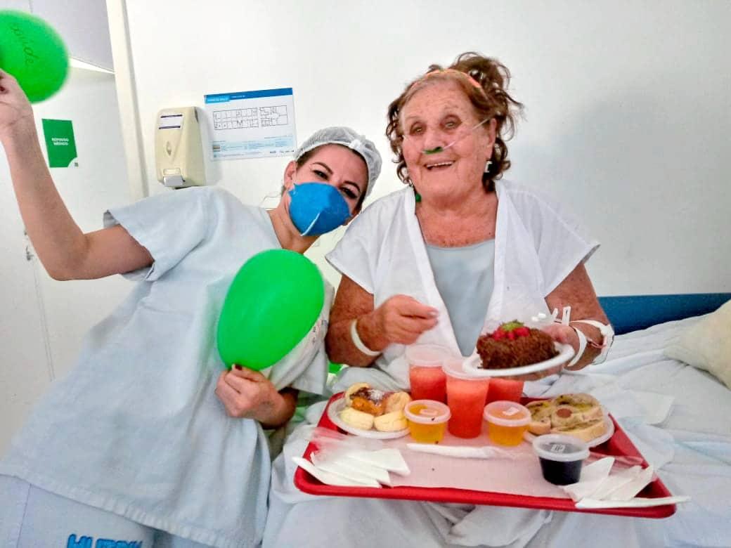 Paciente Flora Teodoro comemorando seus 82 anos com equipe do Hutrin em acolhimento musical. Foto: Divulgação.