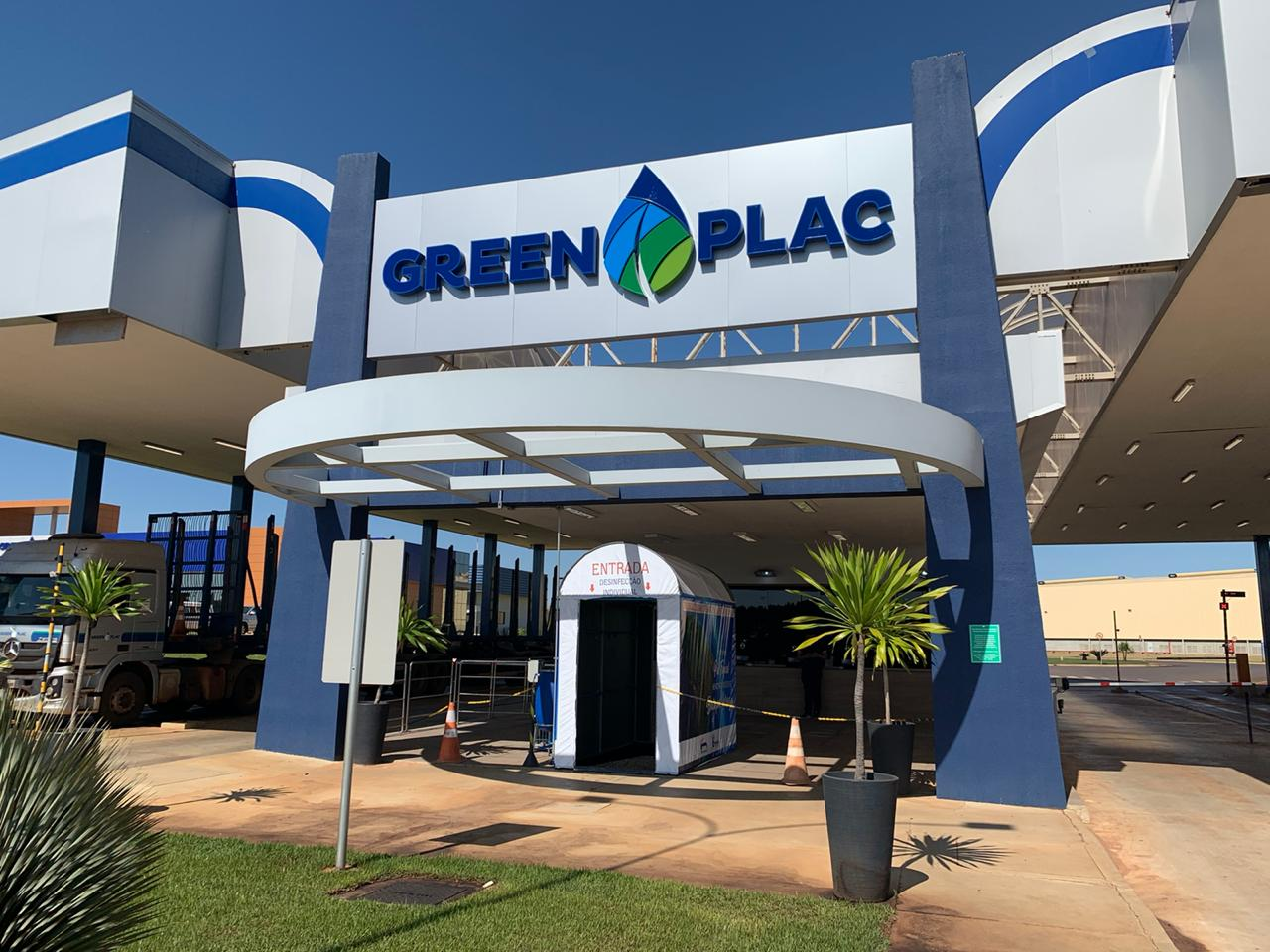 Entrada do complexo industrial da Greenplac em Água Clara, no Mato Grosso do Sul, primeira unidade em que a cabine de desinfecção foi instalada. Grupo Asperbras. Foto: Divulgação.